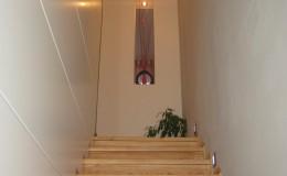 01.2_původní přebroušené schodiště a nový obklad z lakovaných biodesek