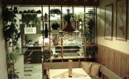 03.1_původní kuchyň se stísněným jídelním stolem