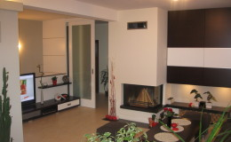 05.2_schodiště se stalo součástí obývacího pokoje, zábradlí slouží jako obýváková stěna s velkoplošnou TV