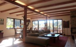 04_obývací pokoj s dřevěnými trámy