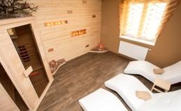 06_sauna s dřevěným obkladem s podsvícenými solnými cihlami a bílými lehátky