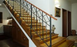 12_schodiště s dřevěným obkladem a rustikálním zábradlím