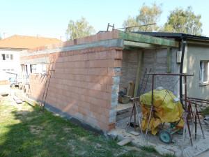 Stavba moderní přístavby.