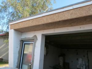 Detail nadpraží vrat a okna.